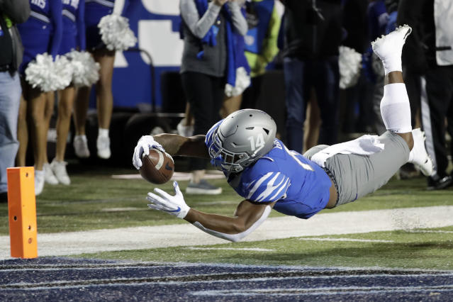 "Memphis' <a class=""link rapid-noclick-resp"" href=""/ncaaf/players/286961/"" data-ylk=""slk:Antonio Gibson"">Antonio Gibson</a> scored three touchdowns three different ways on Saturday night. (AP Photo/Mark Humphrey)"