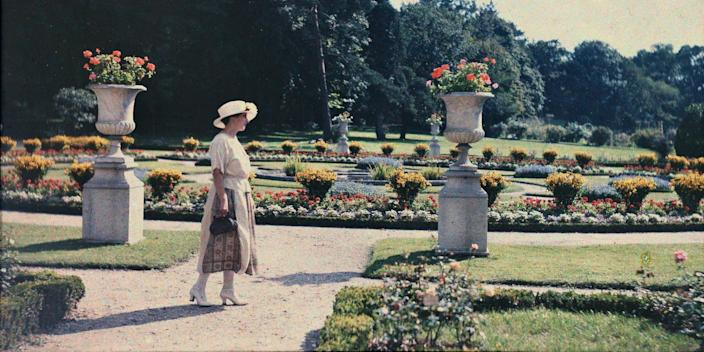 Lady from the Parisian bourgeoisie near a flower bed in the jardin de Bagatelle in Paris 1920 ca Anonymous autochrome Private collection
