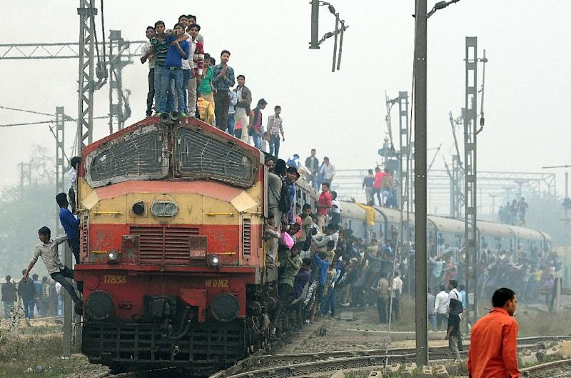 A train departs from a station on the outskirts of New Delhi on February 25, 2015 (AFP Photo/Money Sharma )