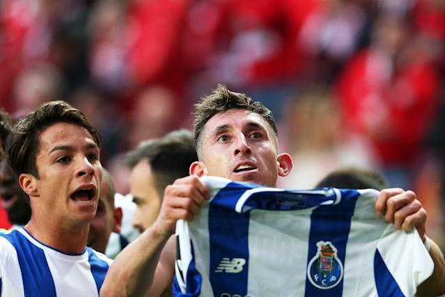"FC Porto's <a class=""link rapid-noclick-resp"" href=""/soccer/players/héctor-herrera"" data-ylk=""slk:Hector Herrera"">Hector Herrera</a> celebrates his late winner by holding up his jersey to the Benfica crowd. (EFE)"