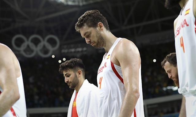 """Spain's <a class=""""link rapid-noclick-resp"""" href=""""/nba/players/4610/"""" data-ylk=""""slk:Ricky Rubio"""">Ricky Rubio</a> (left) and <a class=""""link rapid-noclick-resp"""" href=""""/nba/players/3513/"""" data-ylk=""""slk:Pau Gasol"""">Pau Gasol</a> walk off the court following their loss to Brazil at the 2016 Summer Olympics in Rio de Janeiro, Brazil, on Tuesday, Aug. 9, 2016. (AP/Eric Gay)"""