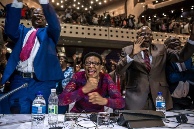 <p>Zimbabwe's members of parliament celebrate after Mugabe's resignation on Nov. 21, 2017 in Harare.<br> (Photo: Jekesai Njikizana/AFP/Getty Images) </p>