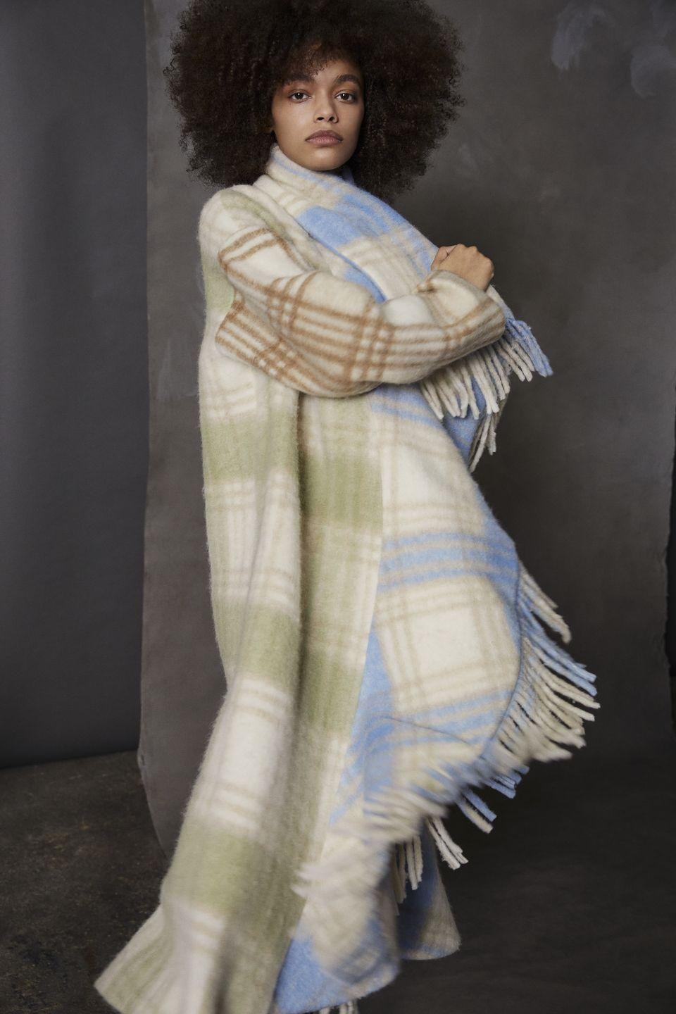 <p><em>Coziness</em> formato plaid in nuovi colori moda: <strong>Cinq à Sept </strong><strong>Autunno Inverno 2021 2022</strong>.</p>