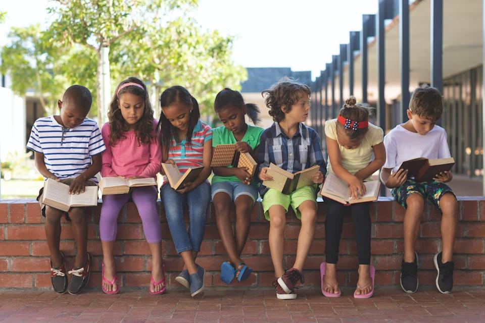 """<span class=""""attribution""""><a class=""""link rapid-noclick-resp"""" href=""""https://www.shutterstock.com/es/image-photo/front-view-diverse-students-reading-book-1352058026"""" rel=""""nofollow noopener"""" target=""""_blank"""" data-ylk=""""slk:Shutterstock / wavebreakmedia"""">Shutterstock / wavebreakmedia</a></span>"""