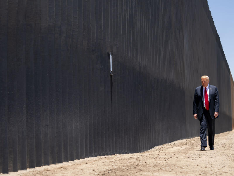 El presidente estadounidense, Donald Trump, camina a lo largo del muro fronterizo en San Luis, Arizona, el 23 de junio de 2020. (Doug Mills/The New York Times)
