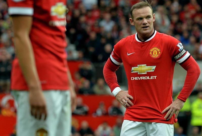 Manchester United striker Wayne Rooney (R) prepares to take a free kick against Swansea City at Old Trafford in Manchester, on August 16, 2014 (AFP Photo/Paul Ellis)