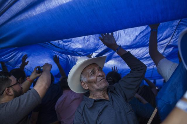 <p>Supporters of Honduran President Juan Orlando Hernandez, who is running for reelection, march to show support for their candidate in Tegucigalpa, Honduras, Tuesday, Nov. 28, 2017. (Photo: Rodrigo Abd/AP) </p>
