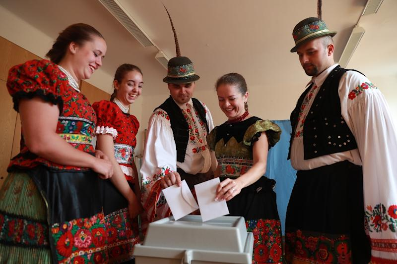 Voters wearing traditional 'Matyo' cast their ballots at a polling station in Mezokoevesd, eastern Hungary, on October 2, 2016 (AFP Photo/Ferenc Isza)