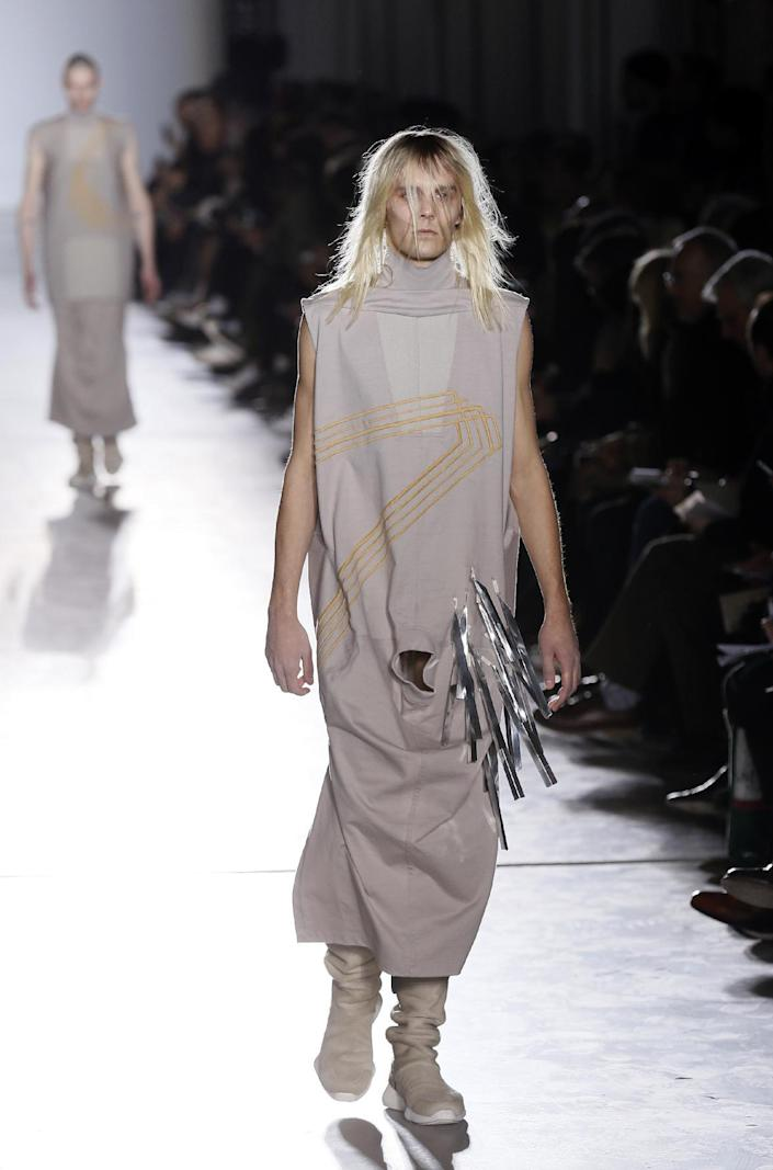 A model presents a creation by Rick Owens during the men's Fall/Winter 2015 ready-to-wear collection fashion show in Paris on January 22, 2015 (AFP Photo/Patrick Kovarik)