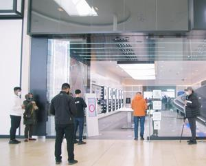 A Melitron People Count Kiosk outside The Samsung Experience Store at Toronto's Yorkdale Shopping Centre autonomously monitors store capacity and presents stop/go messages for customers.