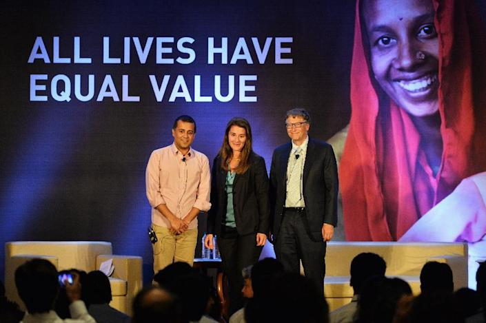 Bill (R) and Melinda Gates of the Bill & Melinda Gates Foundation pose with Indian author Chetan Bhagat (L) at an event in New Delhi on September 18, 2014 (AFP Photo/Chandan Khanna)