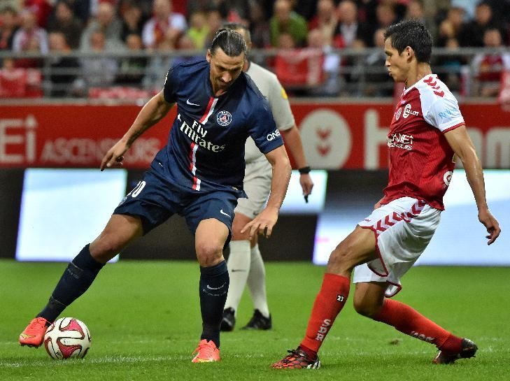 Reims' Algerian defender Aissa Mandi (R) vies for the ball with Paris Saint-Germain's Swedish forward Zlatan Ibrahimovic during the French L1 football match on August 8, 2014 at the Auguste Delaune Stadium in Reims