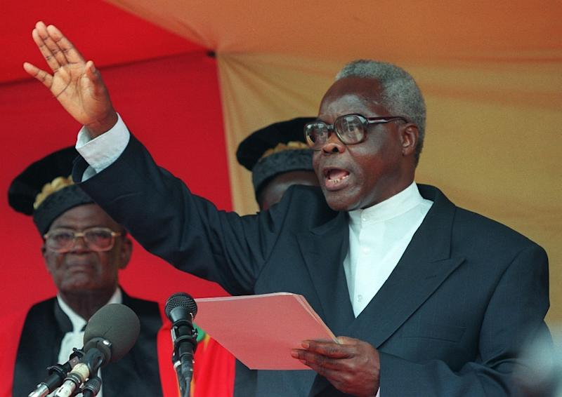 Mathieu Kerekou takes the oath of office as Benin's president at the constitutional court in the administrative capital of Porto Novo on April 4, 1996 (AFP Photo/Christophe Simon)