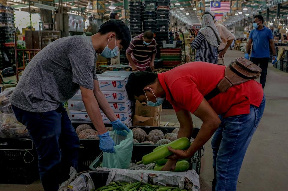 Annuar said his ministry is encouraging youths to work in the Selayang market with a minimum month salary of RM2,400 on offer. — Picture by Firdaus Latif
