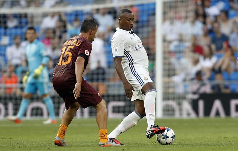 MADRID, SPAIN - JUNE 11: Edwin Congo of Real Madrid Legends competes for the ball with Alessio Scarchilli of Roma Legends during the Corazon Classic charity match between Real Madrid Legends and Roma Legends at Estadio Santiago Bernabeu on June 11, 2017 in Madrid, Spain. (Photo by Angel Martinez/Real Madrid via Getty Images)