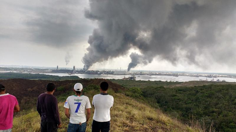 Smoke billows from a petrochemical installation run by Mexican Oil Company PEMEX in Coatzacoalcos, Veracruz state, Mexico following an explosion on April 20, 2016 (AFP Photo/Ignacio Carvajal)