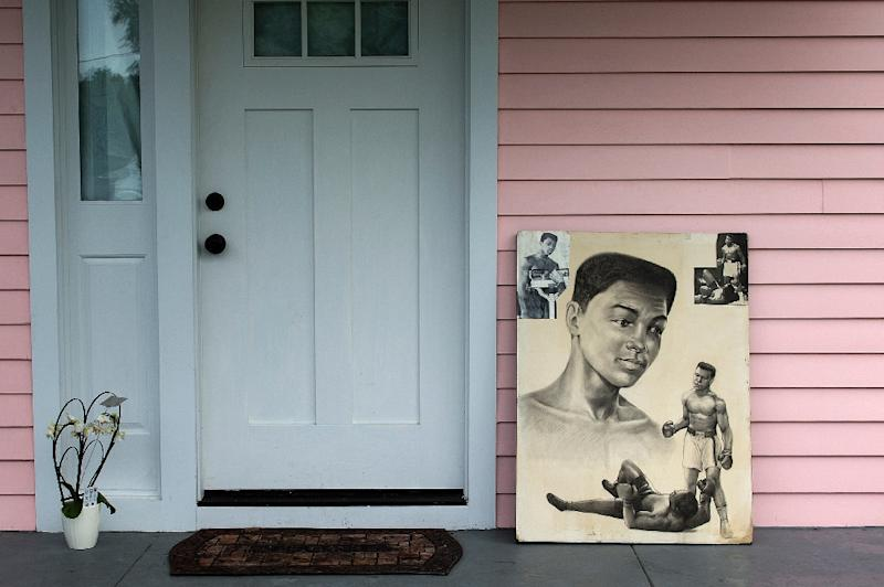 Tributes to boxing legend Muhammad Ali are laid at the door of his  childhood home in Louisville, Kentucky