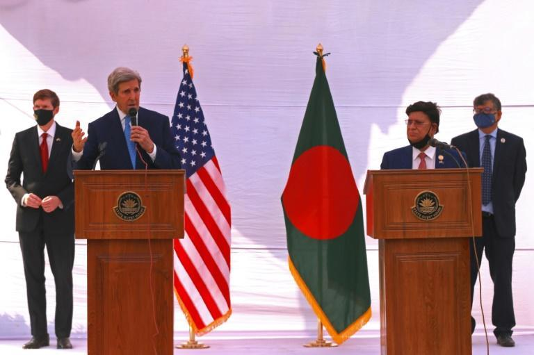 US climate envoy John Kerry speaks with Bangladesh's Foreign Minister AK Abdul Momen in Dhaka in April 2021