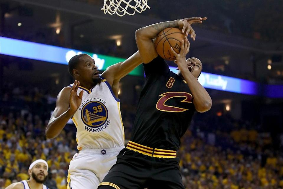Kevin Durant (L) of the Golden State Warriors fights for the ball with Channing Frye of the Cleveland Cavaliers in game two of the 2017 NBA Finals, at ORACLE Arena in Oakland, California, on June 4 (AFP Photo/EZRA SHAW)