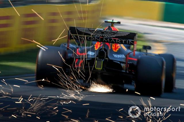 "Pierre Gasly, Red Bull Racing RB15, saca chispas <span class=""copyright"">Joe Portlock / LAT Images</span>"