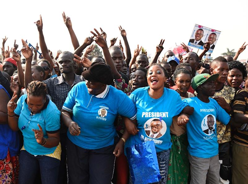 Supporters of main opposition presidential candidate Kizza Besigye from the Forum for Democratic Change (FDC) party, gather during a political rally in Wakiso District, in Kampala on February 14, 2016 (AFP Photo/Isaac Kasamani)