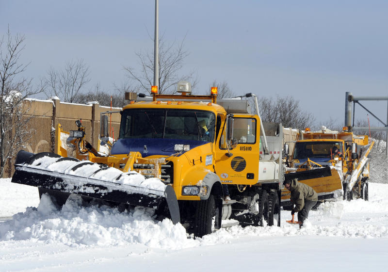 Crews working to clear snow from NY expressway
