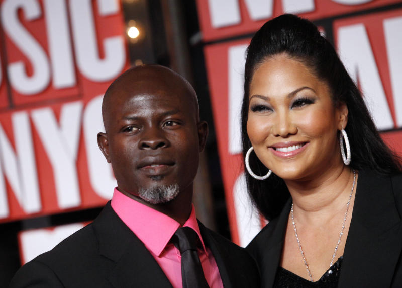 Actor Djimon Hounsou (L) and girlfriend, designer Kimora Lee Simmons, arrive at the 2009 MTV Video Music Awards in New York, September 13, 2009.  REUTERS/Eric Thayer (UNITED STATES ENTERTAINMENT)
