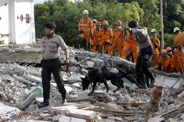 <p>Rescuers with sniffer dogs search for victims at a mosque damaged by an earthquake in North Lombok, Indonesia, Tuesday, Aug. 7, 2018. (Photo: Firdia Lisnawati/AP) </p>