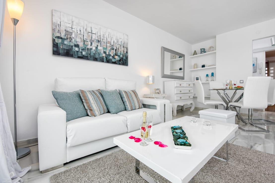 <p>Yes, white has done it again! This ageless colour has shown up on previous years' lists as well, proving its timeless quality and its ability to make any and every room seem simple and inviting, whether it's a bathroom or a cosy lounge.</p><p>Combined with other cool hues, like trendy turquoise, white becomes even more prominent, as can be seen in this stunning example.</p>  Credits: homify / Espacios y Luz Fotografía