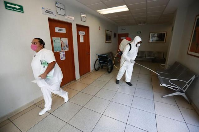 """Workers sanitize a public hospital in Jalisco. <span class=""""copyright"""">(Getty Images)</span>"""