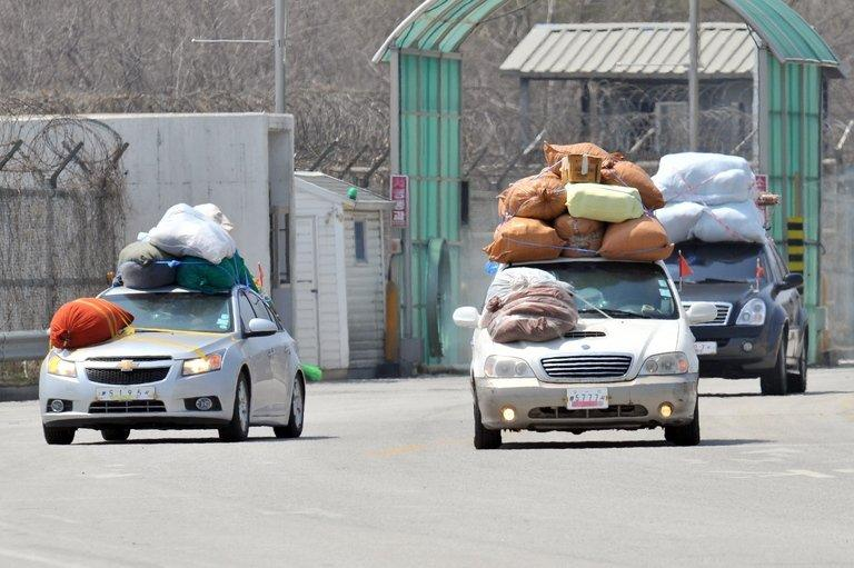 Cars carrying sacks of products made in North Korea's Kaesong industrial complex, return to South Korea, April 17, 2013
