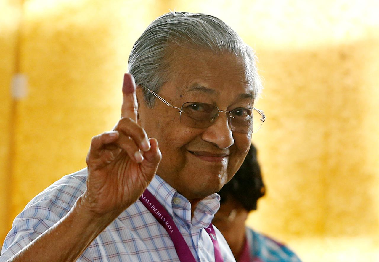 Mahathir Mohamad, former Malaysian prime minister and opposition candidate for Pakatan Harapan (Alliance of Hope), holds up an ink-stained finger as he votes during the general election in Alor Setar, Malaysia, May 9, 2018. REUTERS/Lai Seng Sin     TPX IMAGES OF THE DAY