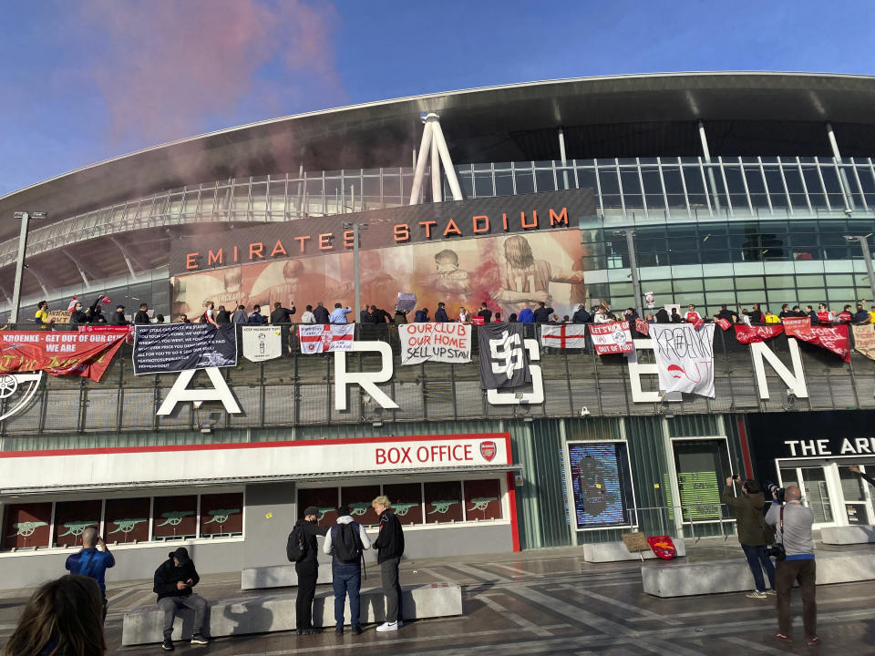 Fans protest against Arsenal owner Stan Kroenke before the English Premier League soccer match against Everton, outside the Emirates Stadium in London, Friday April 23, 2021. The fans want owner Stan Kroenke to leave the club over its bid to join the failed Super League. (AP Photo / Frank Giffiths)