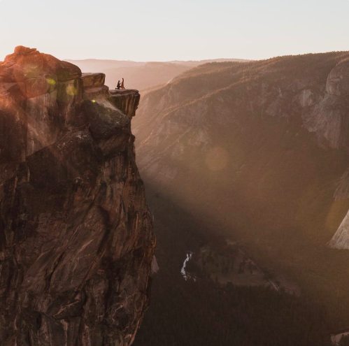 This proposal was spontaneously caught in Yosemite National Park by a photographer who now needs your help locating the couple. (Photo: Twitter.com/DippelMatt)