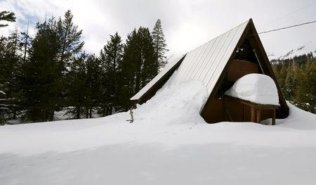 An above-average amount of snow covers a small cabin near where the first snow survey of winter conducted by the California Department of Water Resources in Phillips, California December 30, 2015.  REUTERS/Fred Greaves