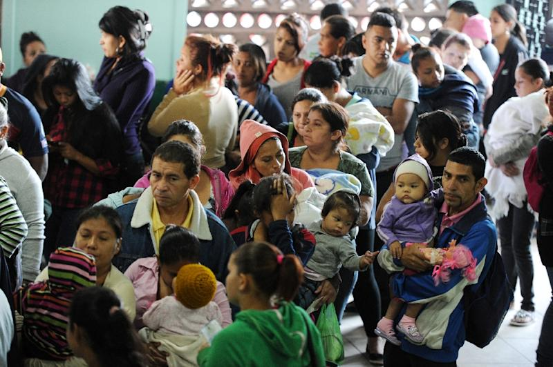 Parents and children crowd a hospital in Tegucigalpa, on February 1, 2016 (AFP Photo/Orlando Sierra)