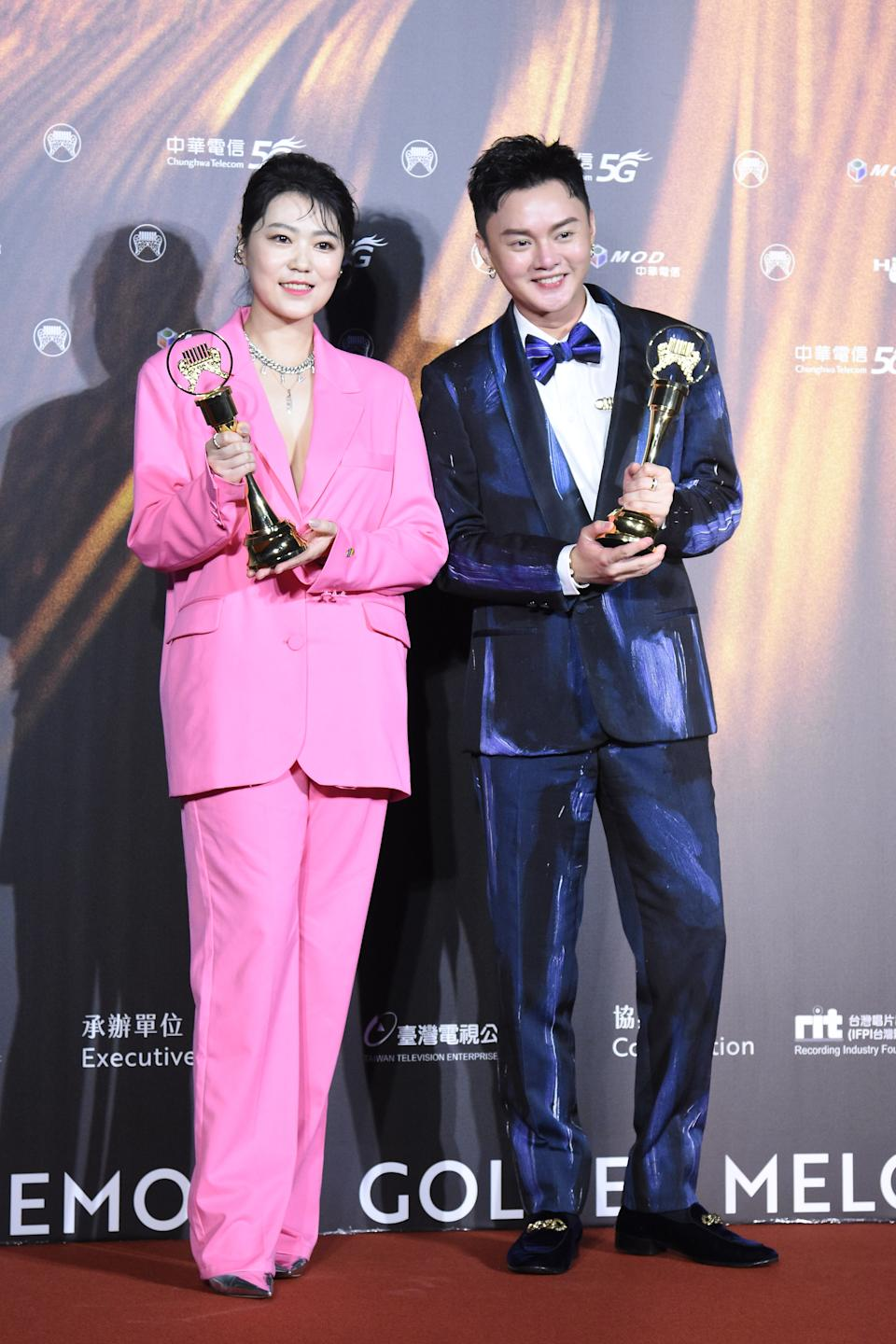 TAIPEI, CHINA - AUGUST 21: Singers Ya Wen Tsao (L) and Fu Kai Hsu pose with trophies backstage during the 32nd Golden Melody Awards on August 21, 2021 in Taipei, Taiwan of China. (Photo by Chen Lihong/VCG via Getty Images)