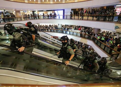 Riot police enter Harbour City Shopping Mall in Tsim Sha Tsui on Christmas Eve. Photo: May Tse