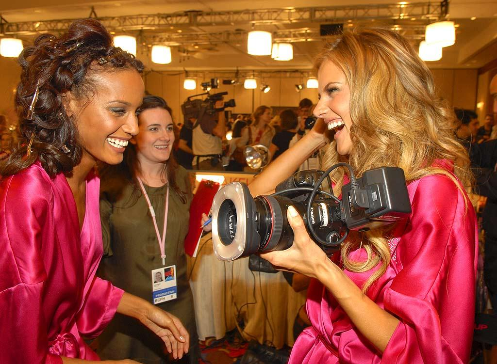 """Alessandra Ambrosio borrows a photographer's camera to snap photos of fellow Angel Selita Ebanks. The world's top models know how to pose for the camera and how to use them. Kevin Mazur/<a href=""""http://www.wireimage.com"""" target=""""new"""">WireImage.com</a> - November 15, 2007"""