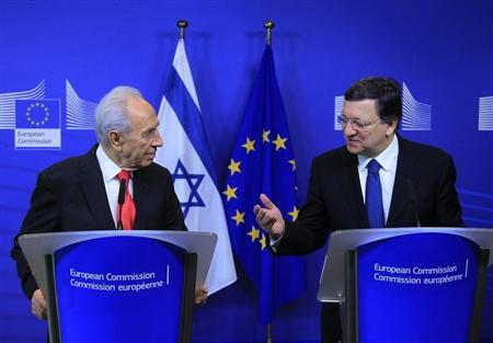 Israel's President Peres holds a joint news conference with European Commission President Barroso at the EC headquarters in Brussels