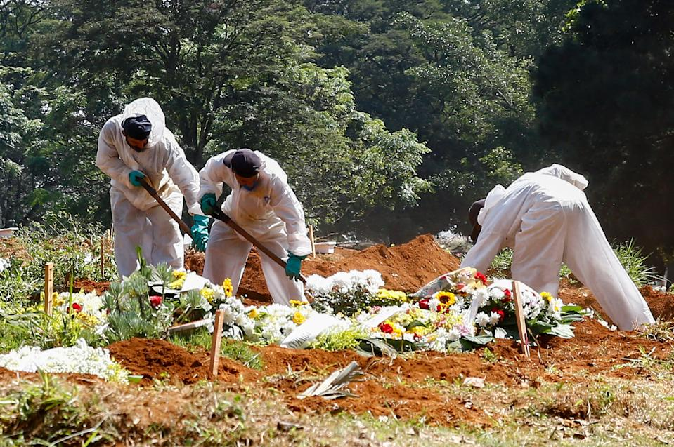 SAO PAULO, BRAZIL - MARCH 26: Officials from the Vila Formosa cemetery, wherein the bodies of the victims of the coronavirus pandemic (COVID-19) are buried, where Brazil surpassed 300 thousand deaths, in Sao Paulo, Brazil, on March 26, 2021. (Photo by Marcello Zambrana/Anadolu Agency via Getty Images)