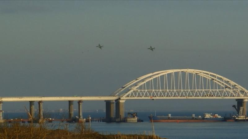 """Russia, whose planes are seen here flying over the Kerch Strait following the sailors' detention, says it will defend its position -- that situation could have been avoided by """"following Russian law regarding navigation in this area"""" (AFP Photo/-)"""