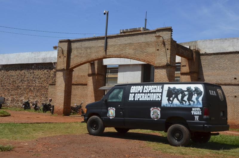 """A police van is parked at Pedro Juan Caballero city jail main entrance in Paraguay, Sunday, Jan. 19, 2020. Dozens of inmates escaped from this prison early morning, mostly of Brazil's criminal group PCC, """"Capital First Command."""" (AP Photo/Marciano Candia)"""