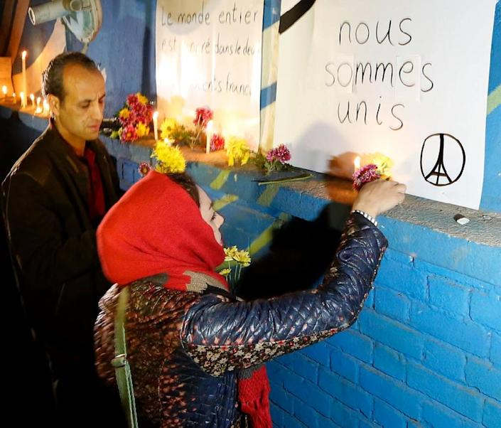 Iranian people pay tribute to the victims of the attacks in Paris, outside the French embassy in Tehran on November 14, 2015 (AFP Photo/Atta Kenare)