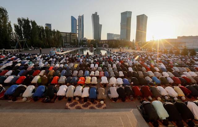 <p>People pray to mark Kurban-Ait, also known as Eid al-Adha in Arabic, at Nur-Astana Mosque in Astana, Kazakhstan, Sept. 1, 2017. (Photo: Shamil Zhumatov/Reuters) </p>
