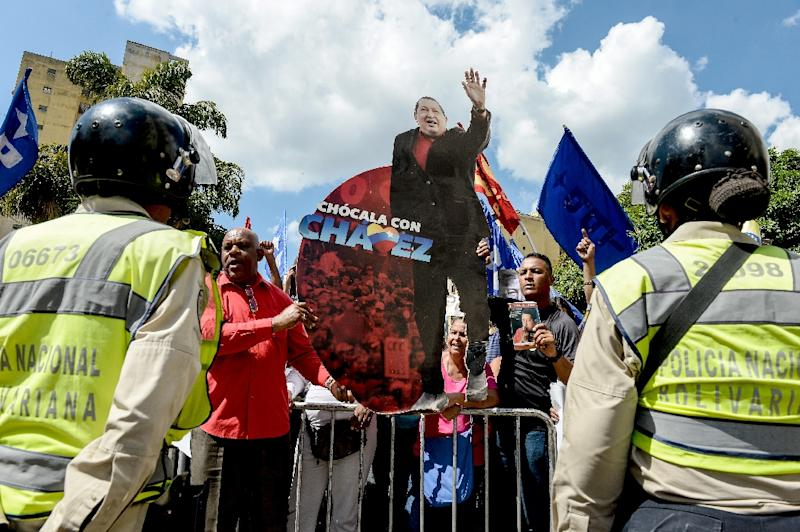 Supporters of Venezuela's late president Hugo Chavez and current President Nicolas Maduro accompany United Socialist Party (PSUV) deputies, outside the Supreme Court of Justice in Caracas on January 7, 2016 (AFP Photo/Federico Parra)