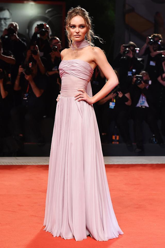 in a strapless pleated blush-tone dress with neck scarf at the premiere of <em>The King</em>.