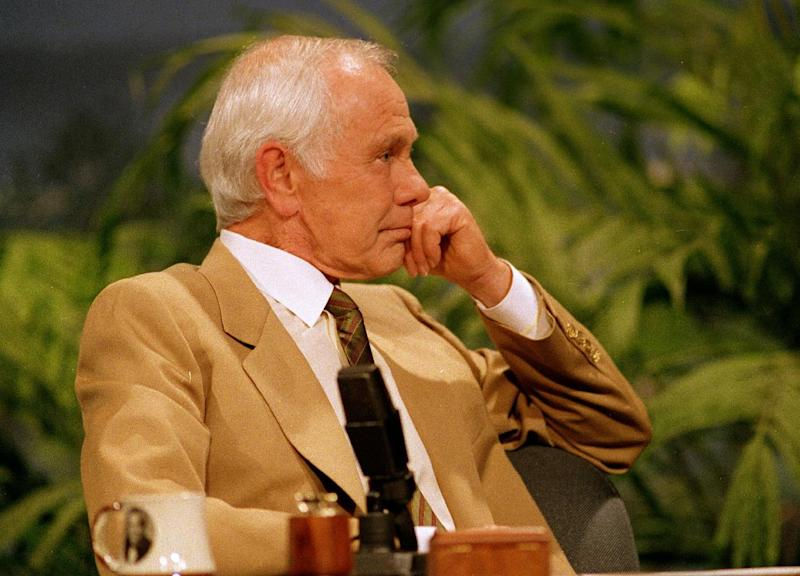 "In this May 21, 1992 file photo, talk show host Johnny Carson listens to entertainer Bette Midler sing him a farewell love song during the second-to-last taping of ""The Tonight Show"" in Burbank, Calif. With his debut as host of NBC's ""The Tonight Show"" 50 years ago this October, until he retired from the show on May 22, 1992, he was seen by more people on more occasions than anyone else in American history. ""Johnny Carson: King of Late Night,"" a two-hour ""American Masters"" portrait premiers Monday at 9 p.m. EDT on PBS. (AP Photo/Douglas Pizac, file)"