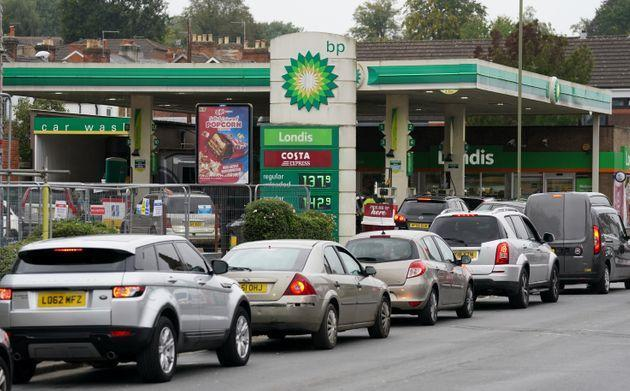 <strong>Vehicles queue up outside a BP petrol station in Alton, Hampshire.</strong> (Photo: Andrew MatthewsPA)