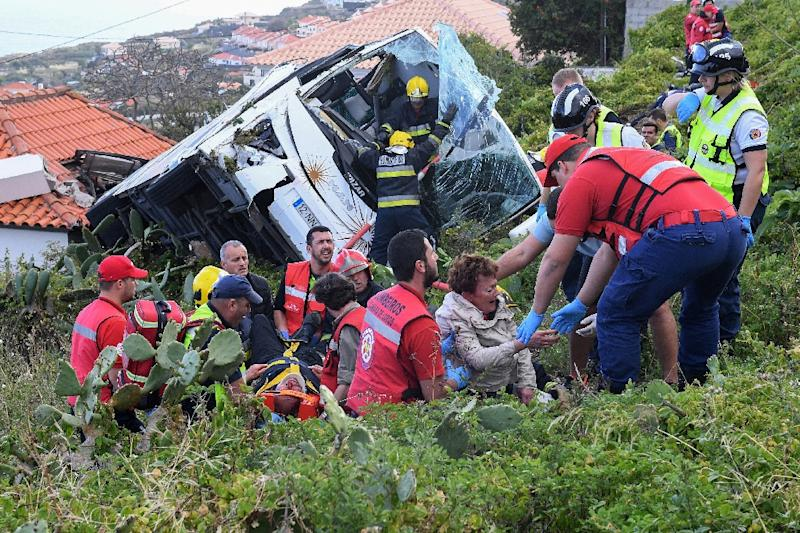 Rescue workers helped survivors at the crash site (AFP Photo/RUI SILVA)